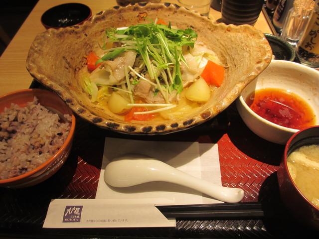 「四元豚と たっぷり野菜の 蒸し鍋定食」+「ばくだん小鉢」@大戸屋_c0212604_2217218.jpg