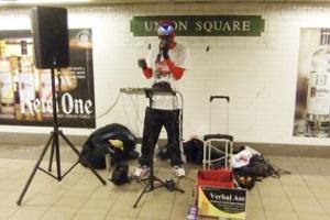 NYの地下鉄の駅で見かけた凄腕ヒューマン・ビートボックス Verbal Ase_b0007805_22201168.jpg