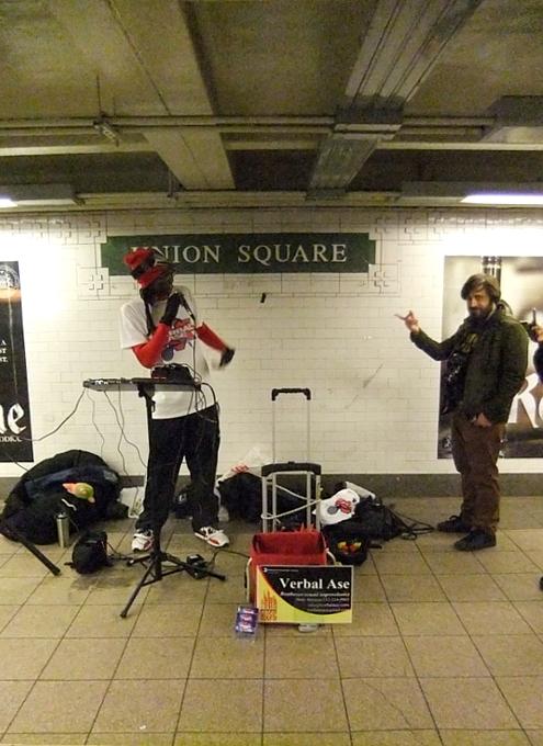NYの地下鉄の駅で見かけた凄腕ヒューマン・ビートボックス Verbal Ase_b0007805_22202960.jpg