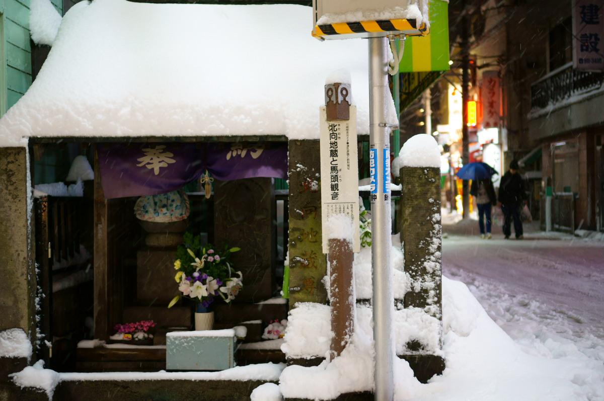 登戸  雪夜の北向地蔵尊_b0061717_2238947.jpg