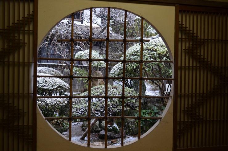 丸窓の向こうの雪化粧_d0230676_1649050.jpg