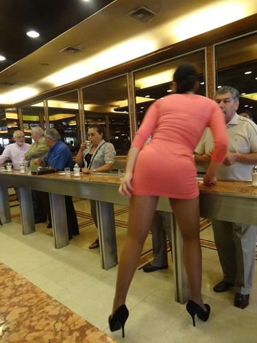 サンティアゴ郵便局とセクシー美脚カフェ、Cafe con Piernas(サンティアゴ,チリ)_e0182138_3335644.jpg