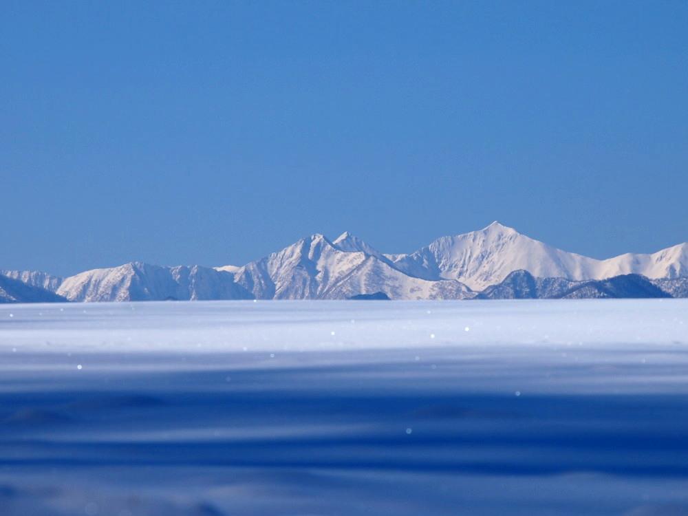 """快晴の雪原越しに望む""""カムイエクウチカウシ山(日高山脈)""""_f0276498_12245513.jpg"""