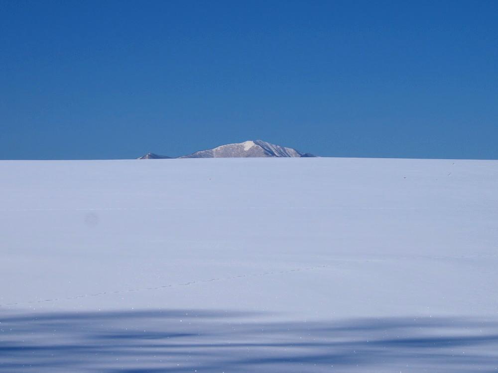 """快晴の雪原越しに望む""""カムイエクウチカウシ山(日高山脈)""""_f0276498_12263568.jpg"""