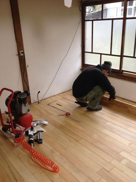 床貼り・柱塗り_d0161584_16201255.jpg