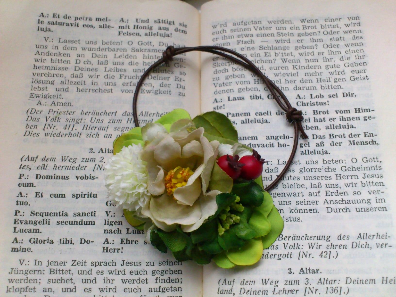 ホワイト&レッドの花冠とフラワーブレス_e0128024_06473724.jpg