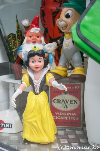 ブロカントの白雪姫たち_c0024345_9395063.jpg