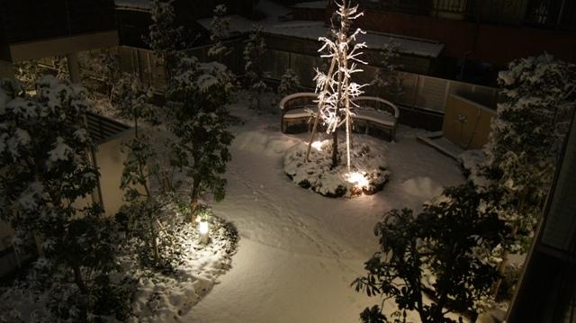 ベンチの上は、フワフワの真っ白なクッションです!_f0029571_23333699.jpg