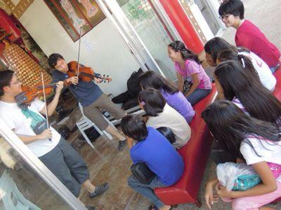 【UUUプロジェクト1日目】スラム地域に暮らす子供達とのペーパーバイオリン作り_e0030586_9354759.jpg
