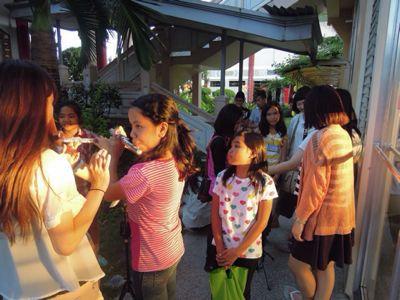 【UUUプロジェクト1日目】スラム地域に暮らす子供達とのペーパーバイオリン作り_e0030586_9354974.jpg