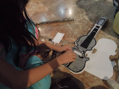 【UUUプロジェクト1日目】スラム地域に暮らす子供達とのペーパーバイオリン作り_e0030586_9355019.jpg