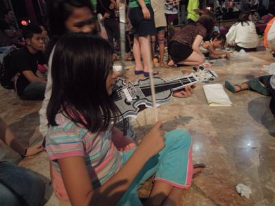 【UUUプロジェクト1日目】スラム地域に暮らす子供達とのペーパーバイオリン作り_e0030586_9355283.jpg