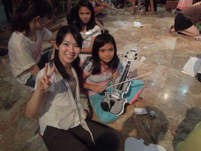 【UUUプロジェクト1日目】スラム地域に暮らす子供達とのペーパーバイオリン作り_e0030586_9355370.jpg