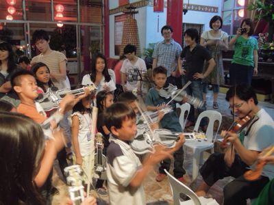【UUUプロジェクト1日目】スラム地域に暮らす子供達とのペーパーバイオリン作り_e0030586_9355427.jpg