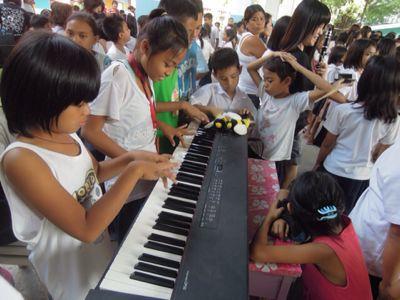 【UUUプロジェクト3日目】スラム地域の公立小学校での演奏_e0030586_845122.jpg