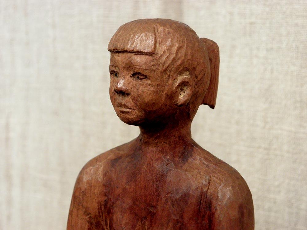 少女の木彫像_e0194145_1741266.jpg