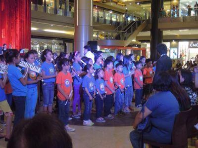 【UUUプロジェクト7日目-2】セブフィルハーモニックオーケストラとUUU、子供達との共演!_e0030586_1534437.jpg