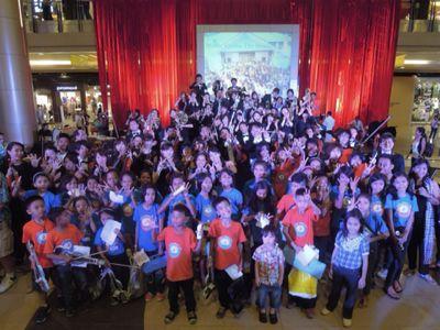【UUUプロジェクト7日目-2】セブフィルハーモニックオーケストラとUUU、子供達との共演!_e0030586_1534593.jpg