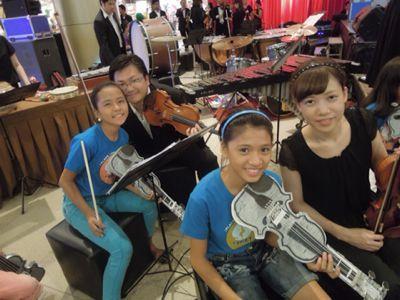 【UUUプロジェクト7日目-2】セブフィルハーモニックオーケストラとUUU、子供達との共演!_e0030586_153461.jpg