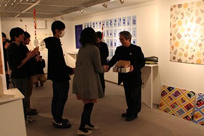 首都大学東京「グラフィックデザインスタジオ2014展」開催中です。_f0171840_14323065.jpg