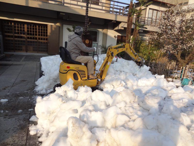 雪の置き場がないので 石屋さんが秘密兵器を_e0187286_00325473.jpg