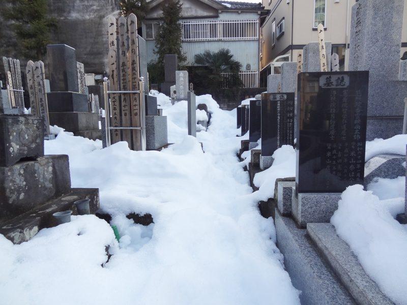 雪の置き場がないので 石屋さんが秘密兵器を_e0187286_00354934.jpg