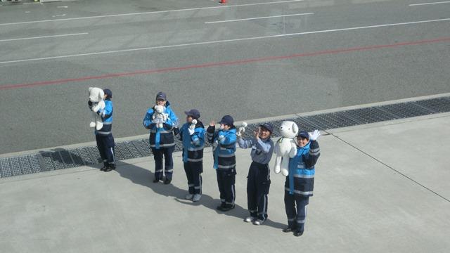 AIR DOで神戸から札幌へ、AIR DOのマスコットのくまくんに見送られ、、神戸空港のお土産品_d0181492_1963914.jpg