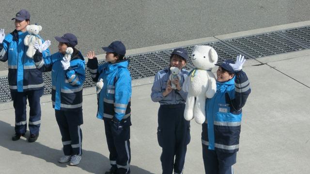 AIR DOで神戸から札幌へ、AIR DOのマスコットのくまくんに見送られ、、神戸空港のお土産品_d0181492_197172.jpg