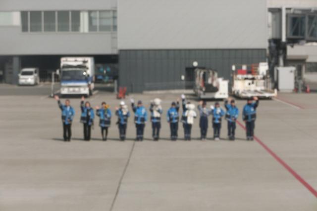 AIR DOで神戸から札幌へ、AIR DOのマスコットのくまくんに見送られ、、神戸空港のお土産品_d0181492_1974121.jpg