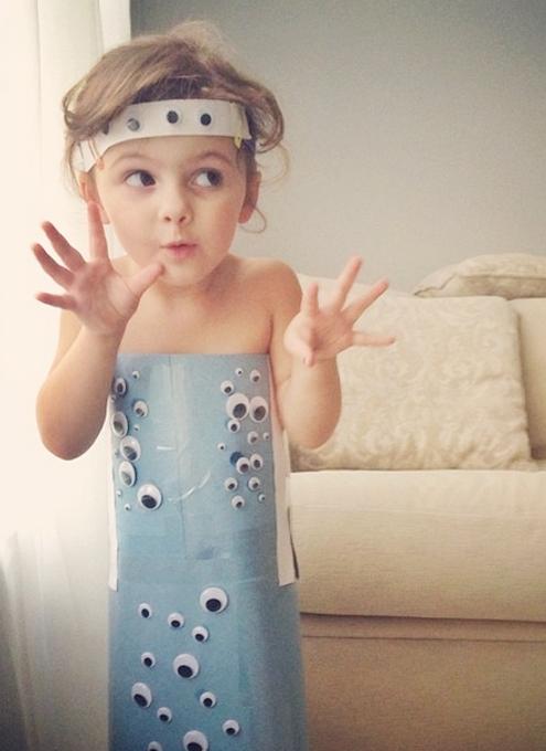 娘のためにペーパークラフトであらゆるデザインのお洋服を作るお母さんのインスタグラム_b0007805_2253278.jpg
