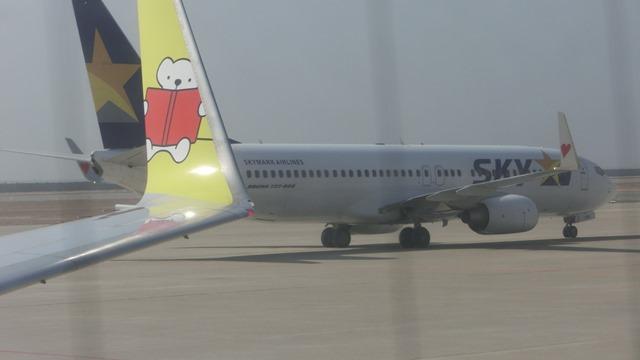 AIR DOで神戸から札幌へ、AIR DOのマスコットのくまくんに見送られ、、神戸空港のお土産品_d0181492_1212916.jpg