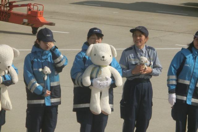 AIR DOで神戸から札幌へ、AIR DOのマスコットのくまくんに見送られ、、神戸空港のお土産品_d0181492_1224815.jpg