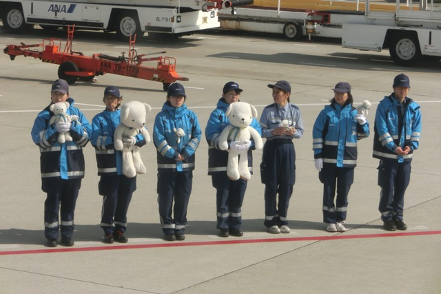 AIR DOで神戸から札幌へ、AIR DOのマスコットのくまくんに見送られ、、神戸空港のお土産品_d0181492_1231017.jpg