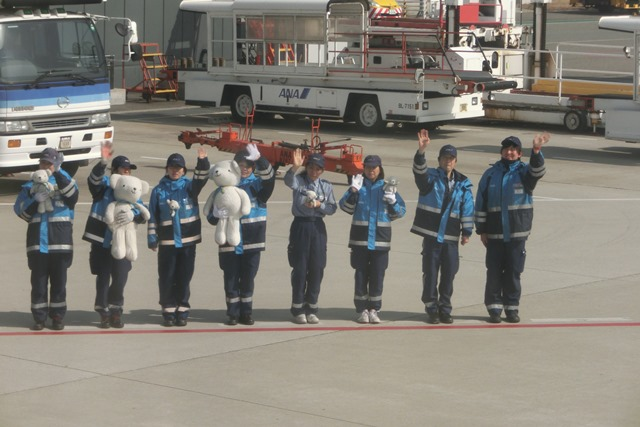 AIR DOで神戸から札幌へ、AIR DOのマスコットのくまくんに見送られ、、神戸空港のお土産品_d0181492_1233358.jpg