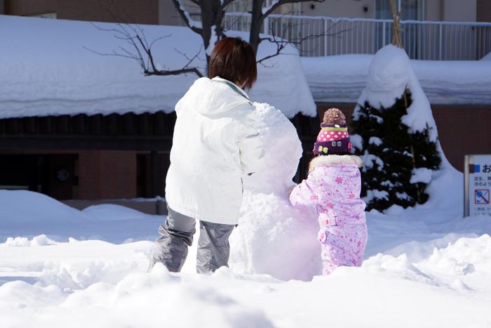 雪だるまを作る母娘_c0182775_2348139.jpg