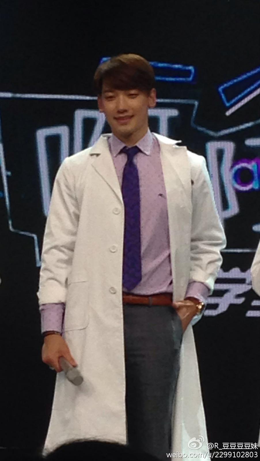 Rain中国のバラエティ番組撮影 白衣を着たり髪の毛をカットしたり_c0047605_8171443.jpg