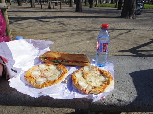 チュイルリー公園でピクニックランチとお散歩とラデファンスの桜_e0123104_4513442.jpg