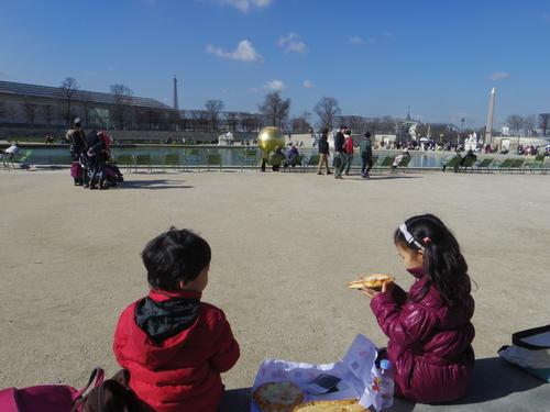 チュイルリー公園でピクニックランチとお散歩とラデファンスの桜_e0123104_4535045.jpg