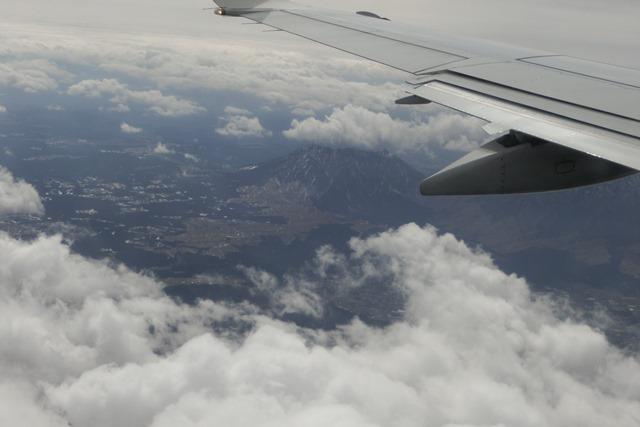 絶景JAL便での阿蘇の山々、伊丹空港JALカウンター武田さんありがとう阿蘇は輝いてた、頑張れ橋下徹_d0181492_17443866.jpg