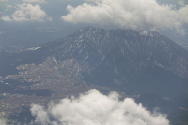 絶景JAL便での阿蘇の山々、伊丹空港JALカウンター武田さんありがとう阿蘇は輝いてた、頑張れ橋下徹_d0181492_17445273.jpg