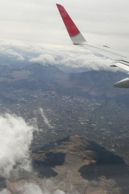 絶景JAL便での阿蘇の山々、伊丹空港JALカウンター武田さんありがとう阿蘇は輝いてた、頑張れ橋下徹_d0181492_174524100.jpg