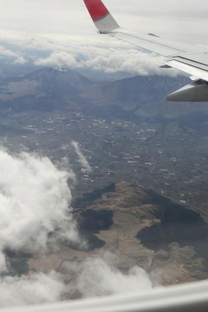 絶景JAL便での阿蘇の山々、伊丹空港JALカウンター武田さんありがとう阿蘇は輝いてた、頑張れ橋下徹_d0181492_1745857.jpg