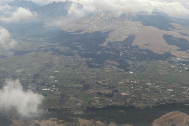 絶景JAL便での阿蘇の山々、伊丹空港JALカウンター武田さんありがとう阿蘇は輝いてた、頑張れ橋下徹_d0181492_17462349.jpg