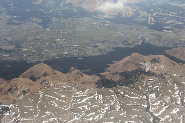絶景JAL便での阿蘇の山々、伊丹空港JALカウンター武田さんありがとう阿蘇は輝いてた、頑張れ橋下徹_d0181492_17464154.jpg