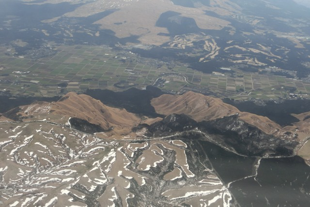 絶景JAL便での阿蘇の山々、伊丹空港JALカウンター武田さんありがとう阿蘇は輝いてた、頑張れ橋下徹_d0181492_17465624.jpg