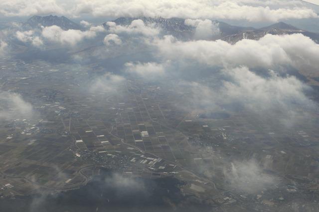 絶景JAL便での阿蘇の山々、伊丹空港JALカウンター武田さんありがとう阿蘇は輝いてた、頑張れ橋下徹_d0181492_1746574.jpg