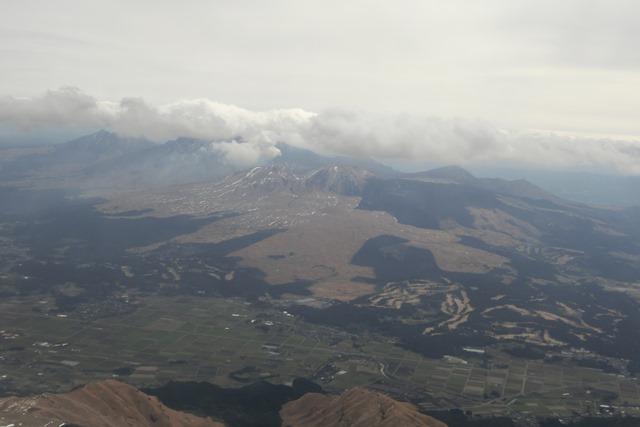 絶景JAL便での阿蘇の山々、伊丹空港JALカウンター武田さんありがとう阿蘇は輝いてた、頑張れ橋下徹_d0181492_17471528.jpg