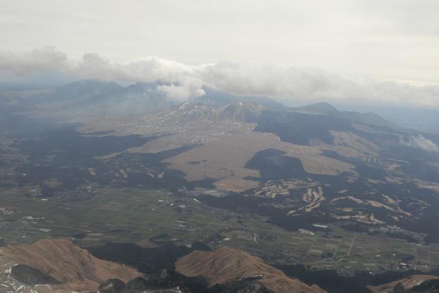 絶景JAL便での阿蘇の山々、伊丹空港JALカウンター武田さんありがとう阿蘇は輝いてた、頑張れ橋下徹_d0181492_1747358.jpg