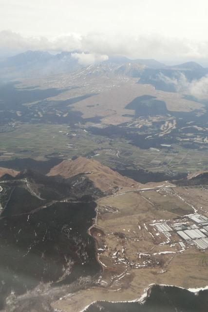 絶景JAL便での阿蘇の山々、伊丹空港JALカウンター武田さんありがとう阿蘇は輝いてた、頑張れ橋下徹_d0181492_17482885.jpg