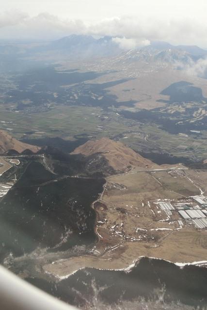 絶景JAL便での阿蘇の山々、伊丹空港JALカウンター武田さんありがとう阿蘇は輝いてた、頑張れ橋下徹_d0181492_17484320.jpg